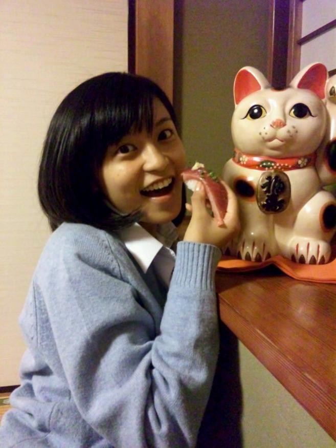 小島瑠璃子 (こじるり)とお寿司。(公式ブログより)
