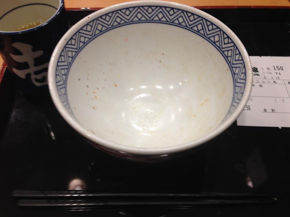 あっという間に完食して、空になった吉野家の牛丼の器 (うつわ)。
