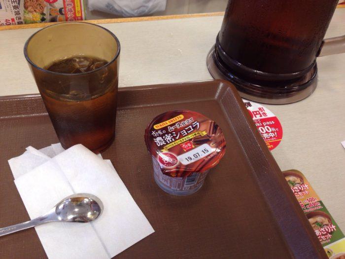 無料の麦茶と濃厚ショコラでティータイム。