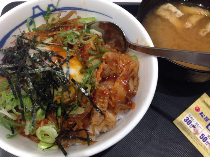 松屋のビビン丼 (並) 490円 (税込) お味噌汁付き