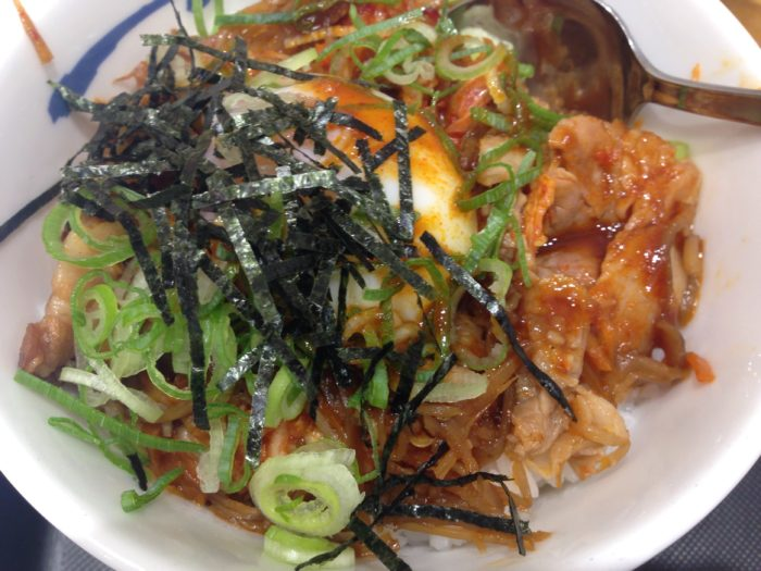 松屋のビビン丼 (並) 490円 (税込) を食べる直前の画像